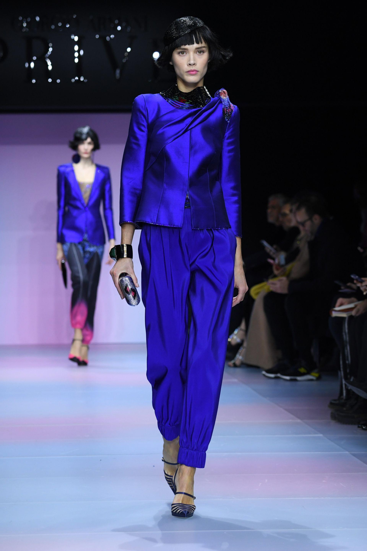 Колекция Heute Couture на Джорджо Армани - ансамбъл от вискоза в кралско синьо