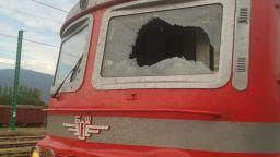 Машинисти пострадаха, след като вандал счупи челното стъкло на движещ се влак