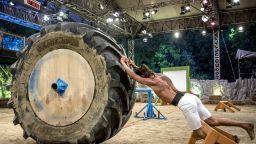 """Сблъсъкът на сезона във """"Фермата"""":  300 килограма гума срещу йогата Илиян"""