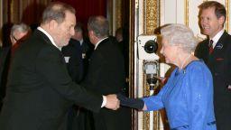 Кралица Елизабет Втора отне от Харви Уайнстийн присъдения му Орден на британската империя
