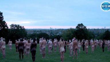 Малки (голи) жертви в името на изкуството (видео)