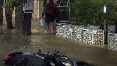 Циклонът Янос в Гърция засегна коли и на български туристи (видео и снимки)