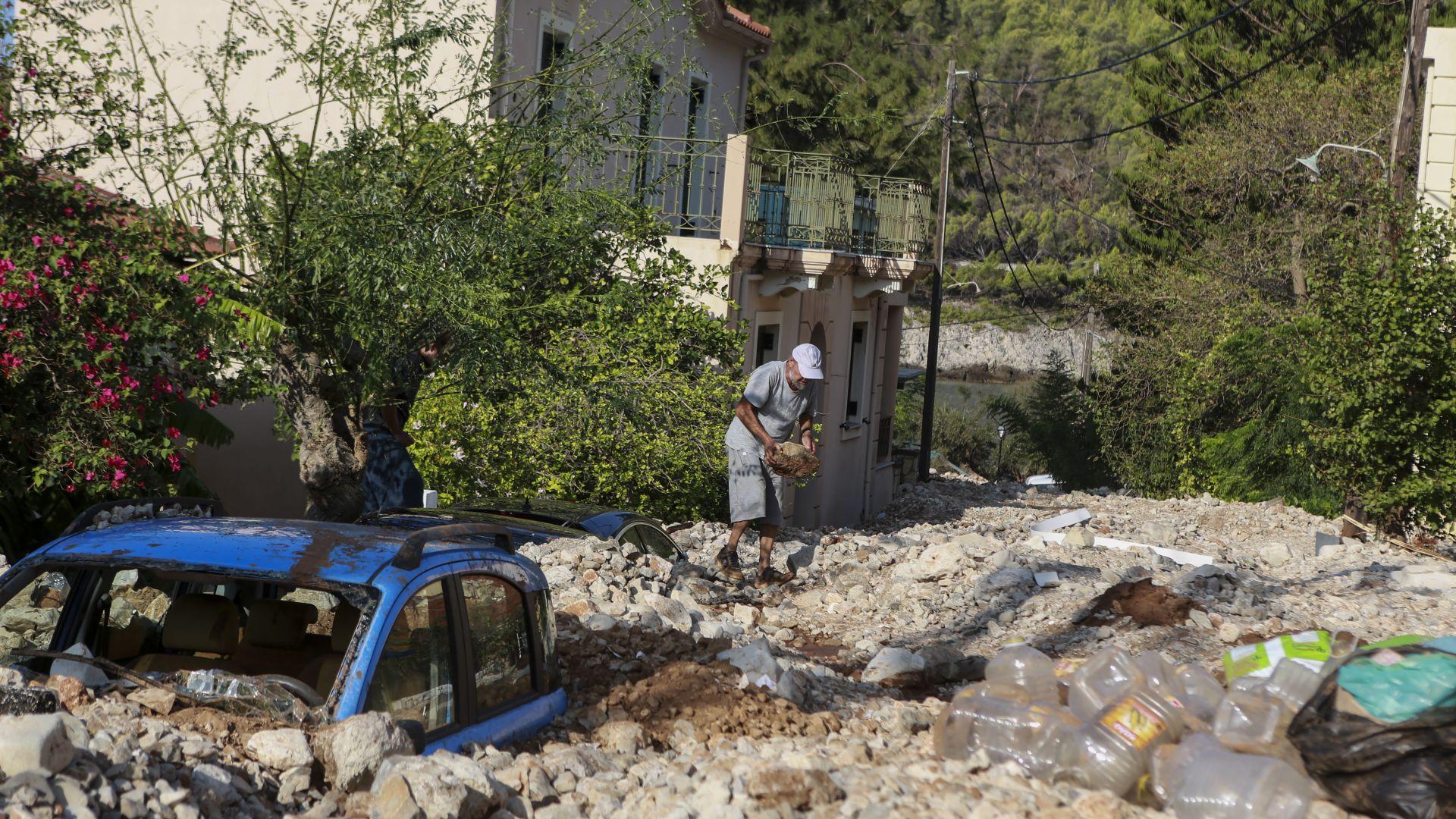 Остров Кефалония в камъни и кал след циклона (снимки)