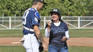 Посланик Херо Мустафа показа бейзболни умения (снимки)