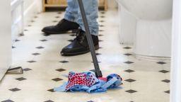 Предлагат душ, постелки за баня и дори тоалетни чинии срещу... Covid-19
