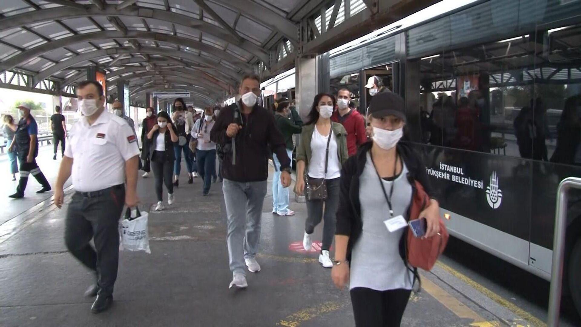 И радикалната мярка с ново работно време не спря струпванията по спирки в Истанбул