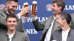 Традицията повелява: Звездите на Байерн удариха по бира в чест на Октоберфест