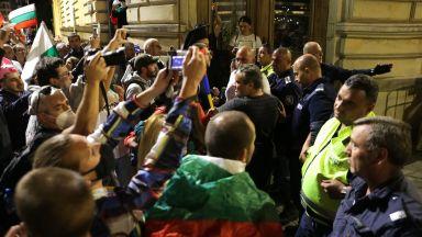 СДВР публикува кадри от снощните сблъсъци с полицията (Видео)