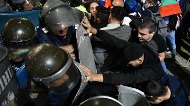 Сблъсъци пред старата сграда на Народното събрание (снимки)
