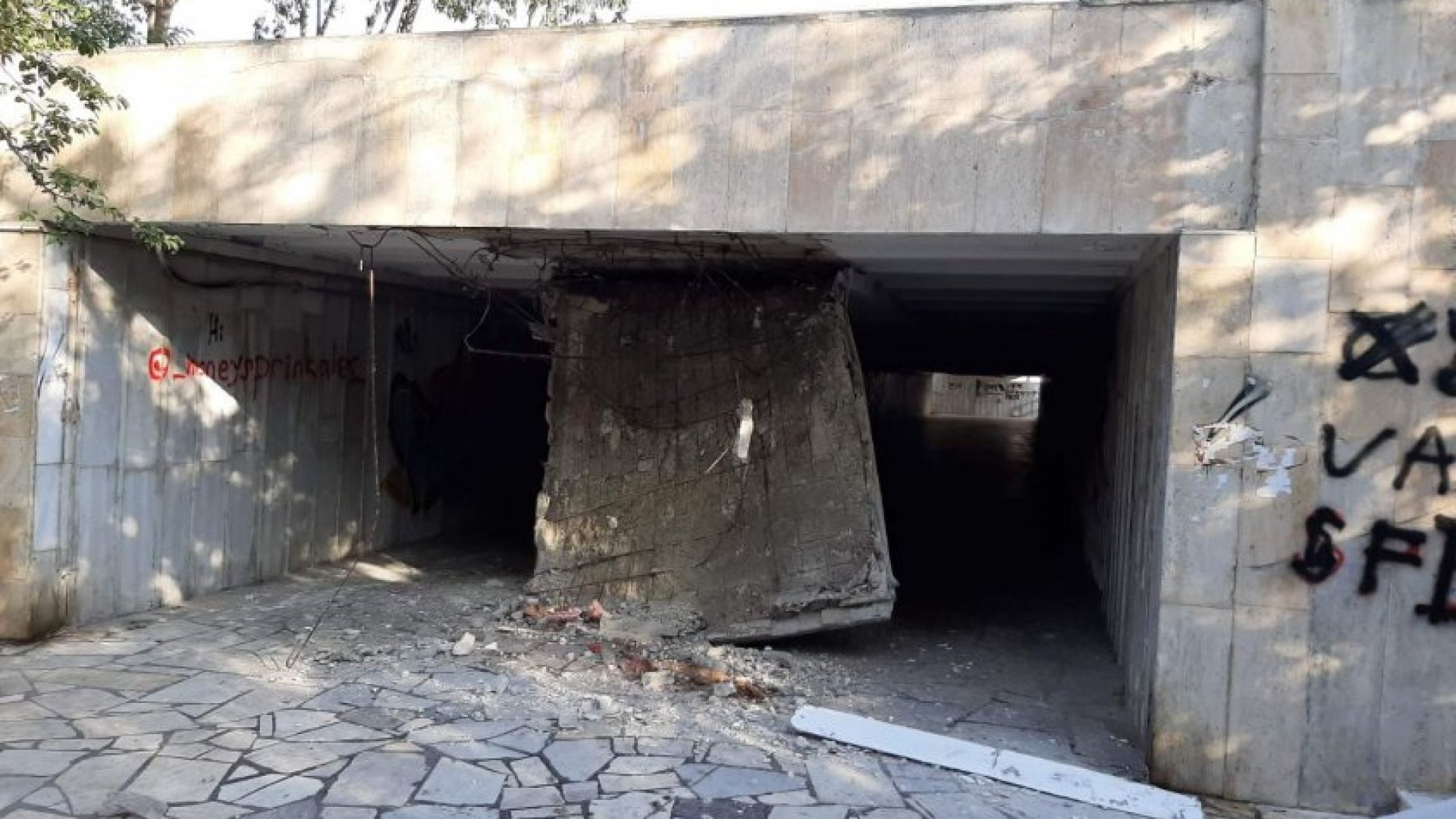 Срути се част от тавана на подлеза до делфинариума във Варна