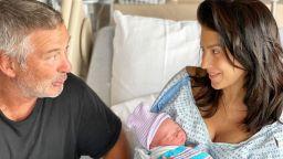 Хилария Болдуин овладява мултитаскинга с бебе на ръце