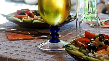 Половината българи отглеждат собствени продукти, 53% пият домашен алкохол
