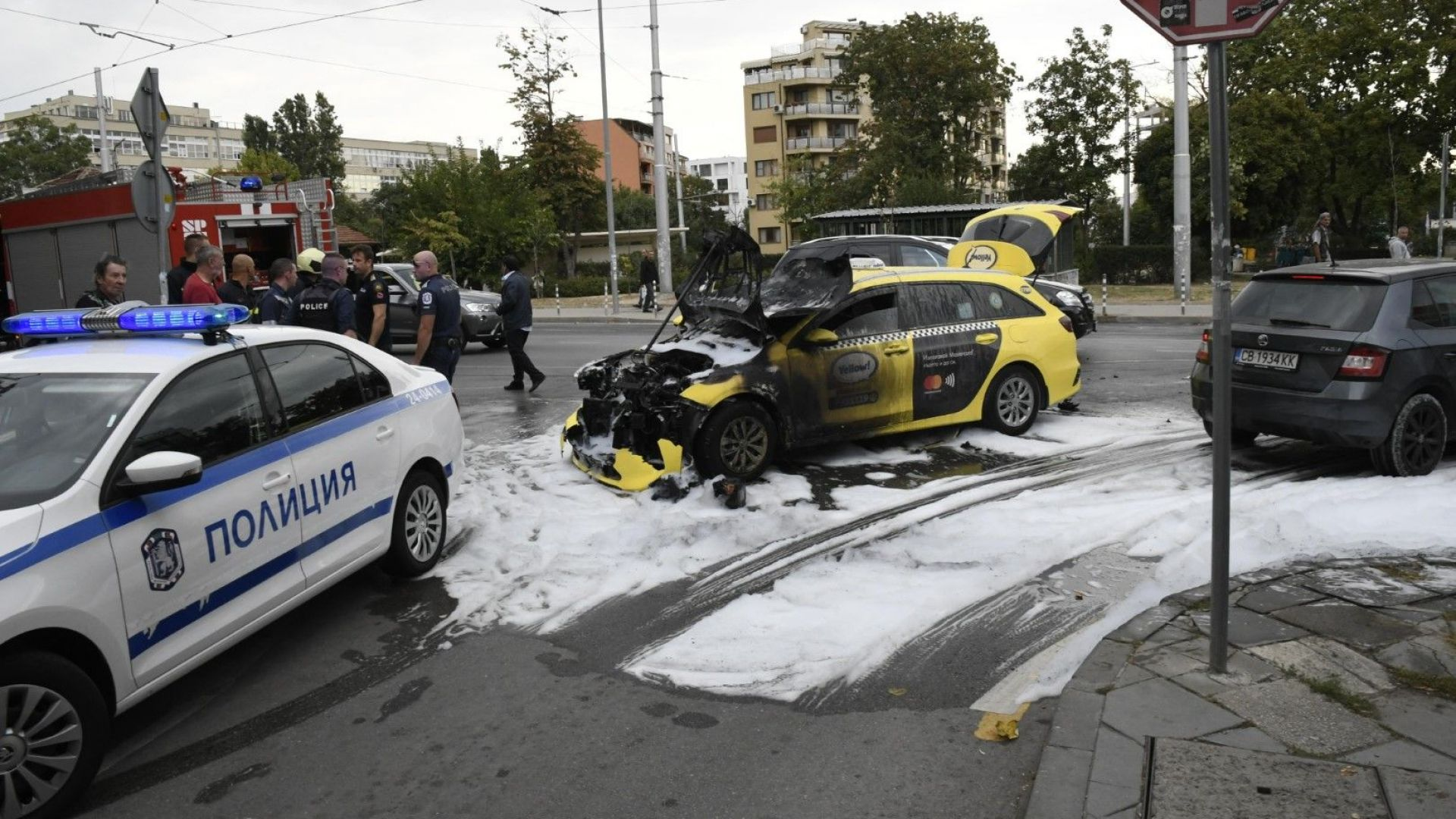 Такси и трамвай се удариха, по чудо няма пострадали