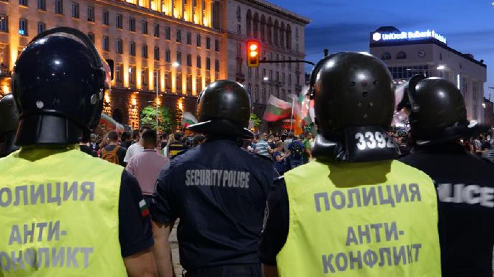 МВР за сблъсъците: Един полицай е ранен с камък в главата, други двама - по-леко