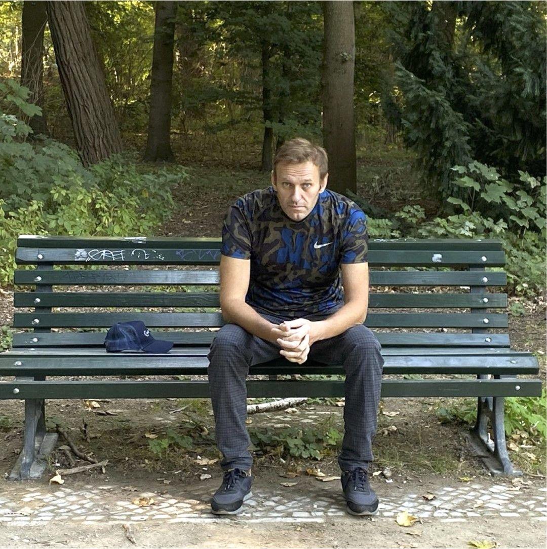 Алексей Навални публикува профила си в Инстаграм своя снимка седнал на пейка, след като бе изписан от болница в Германия