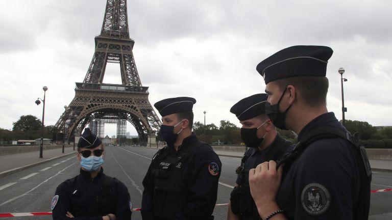 Айфеловата кула в Париж беше евакуирана заради бомбена заплаха, предаде