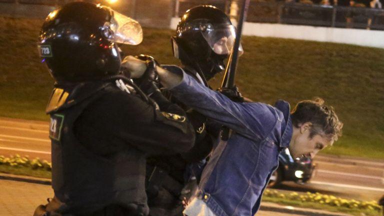 Полицията използва водни оръдия и започна да арестува демонстранти, излезли
