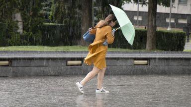 Идат дъжд и ураганен вятър