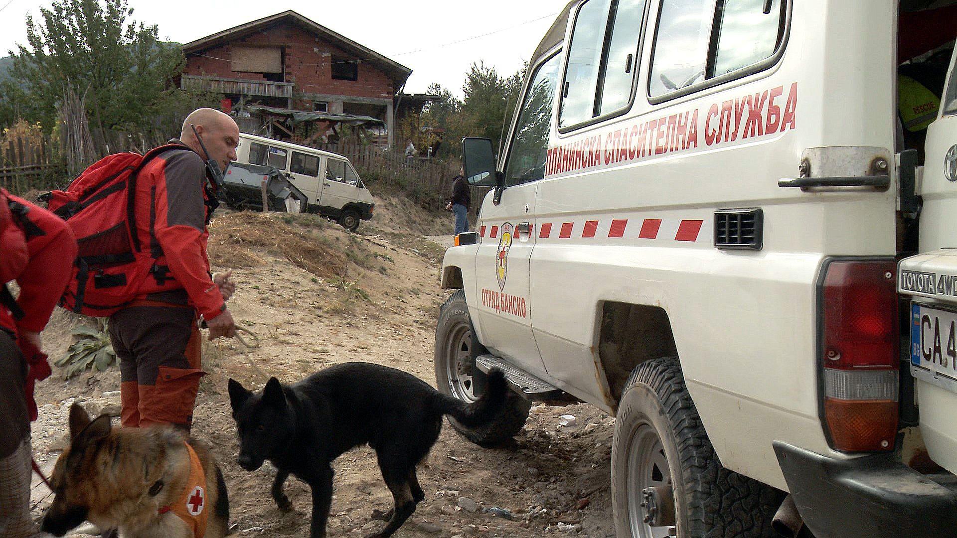 Полицаи и спасители с кучета издирват изчезнало малко дете от Якоруда (снимка)