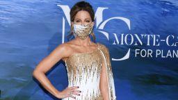 Отново блясък, макар и с маски: Кейт Бекинсейл изящна в бяло и златно на гала вечер до принцесата на Монако