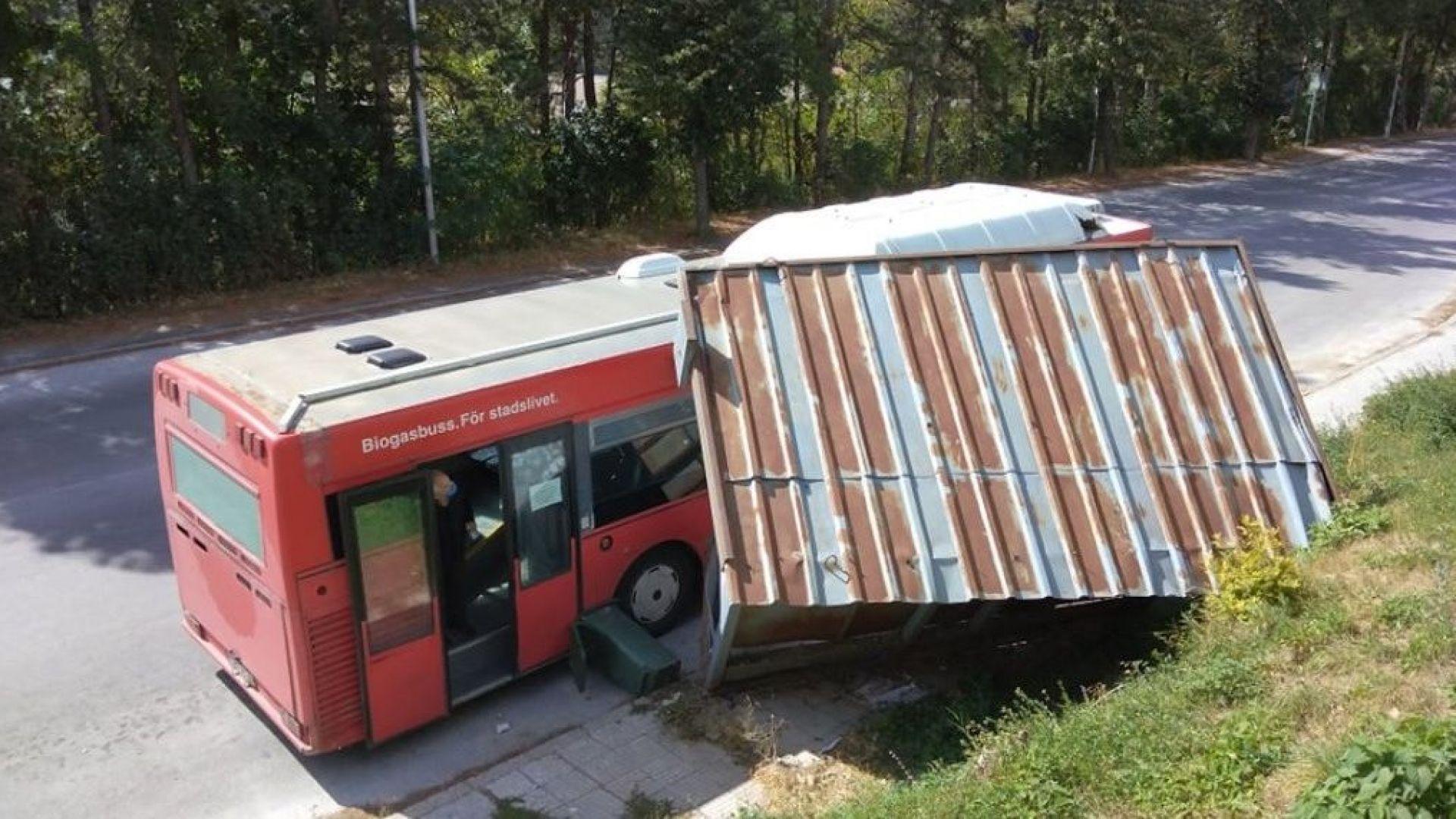 Автобус отнесе спирка на градския транспорт в Смолян
