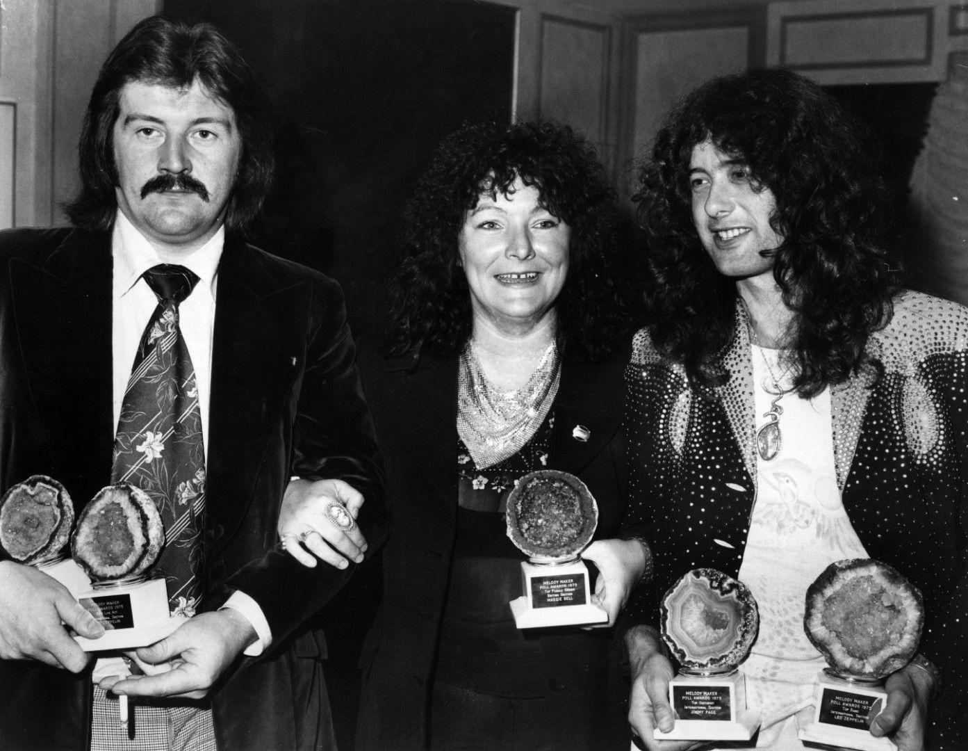 17 септември, 1975 г.: Тримата победители на Melody Maker readers', държащи своите награди в ръце: Джон Бонъм, Маги Бел и Джими Пейдж.