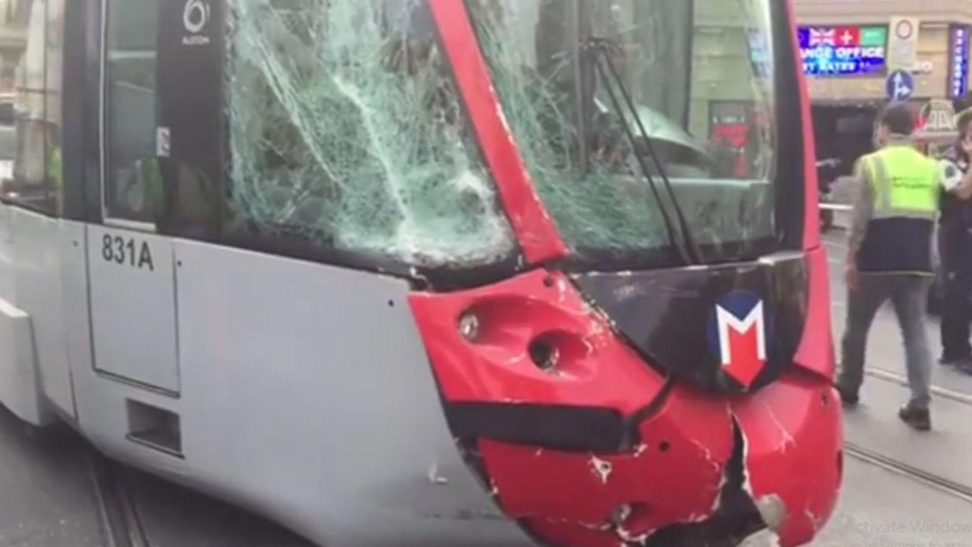 Български автобус блъсна трамвай в Истанбул (видео)