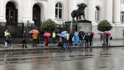 Неколцина протестиращи пред Съдебната палата заради кандидата за член на ВСС