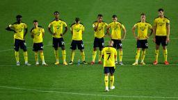 Куриозно: Дезинфектант принуди футболисти да пътуват за мач с таксита