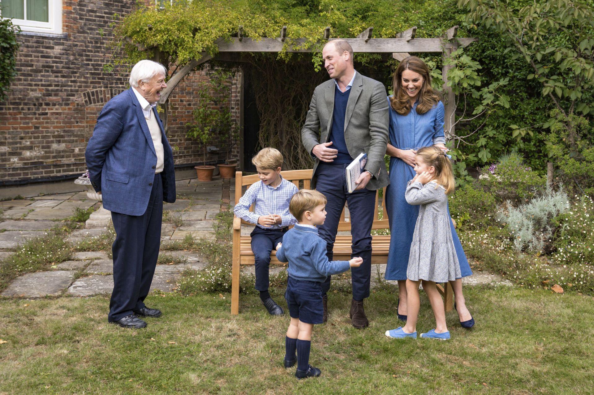 Британският естествоизпитател Атънбъро със семейството на принц Уилям в двореца Кенсингтън