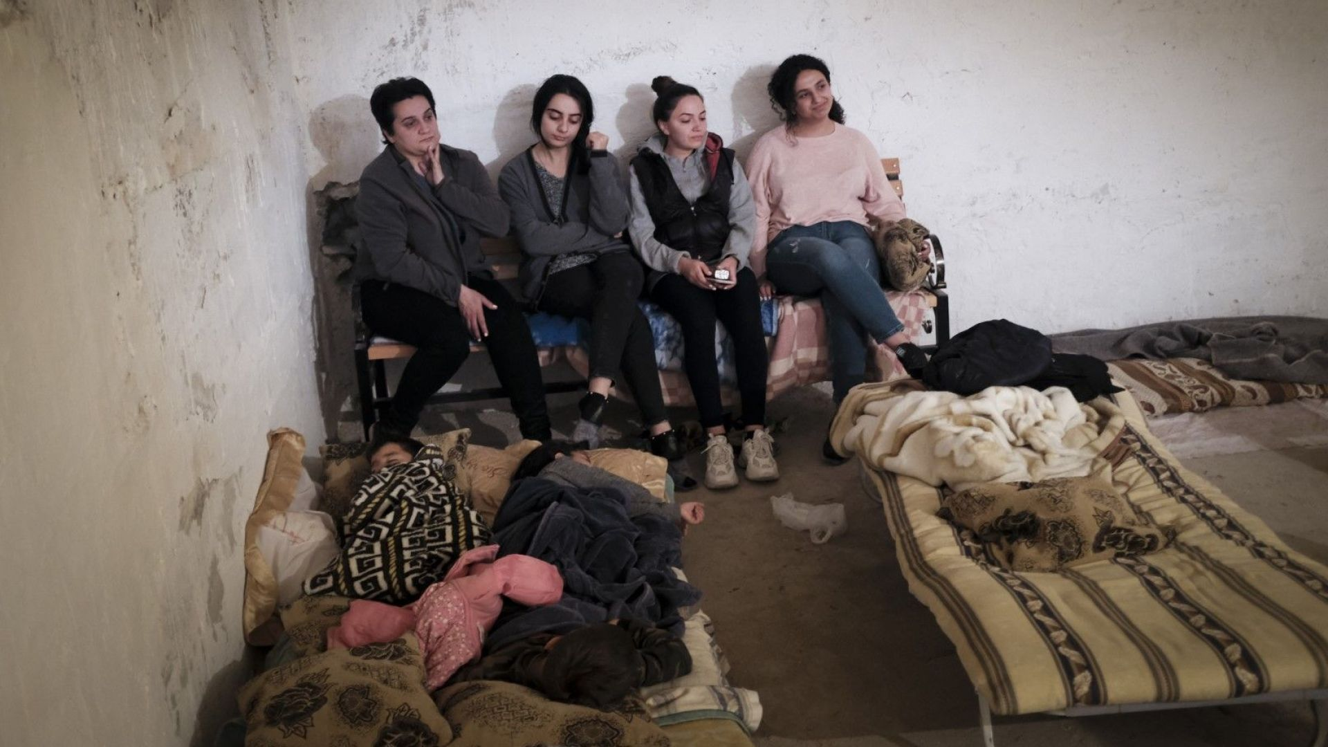 Арменци в бомбоубежище в Степанакерт, столицата на Карабах
