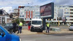 Кола удари челно линейка в София