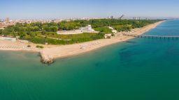 Природолюбители чистят плажа при солниците в Бургас