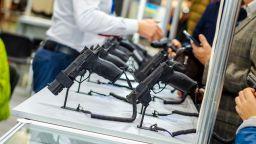 В Австрия панически купуват оръжия. Защо?