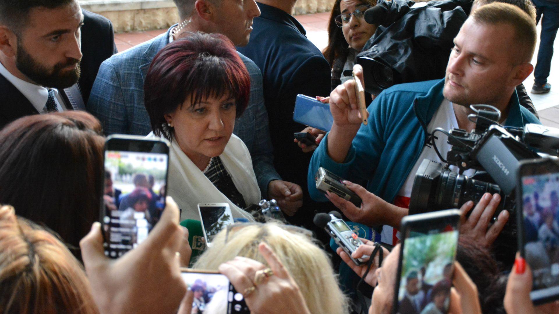 Замеряха с яйца Караянчева в Благоевград, тя не съжалява за думите си за магистралите и метрото