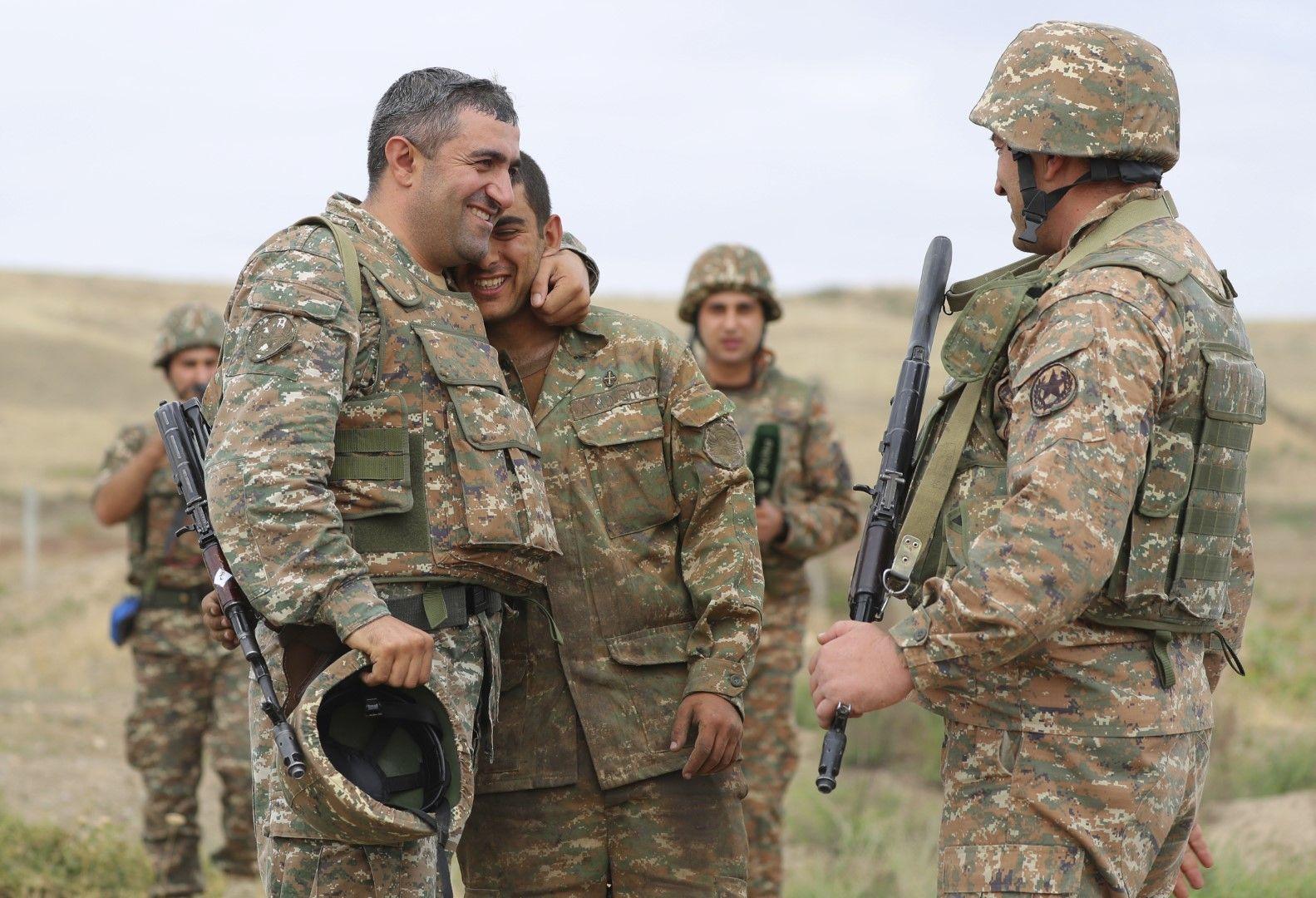 Арменски военни се радват след като са поразили цел в позиция на Азербайджан в Нагорни Карабах, 29 септември