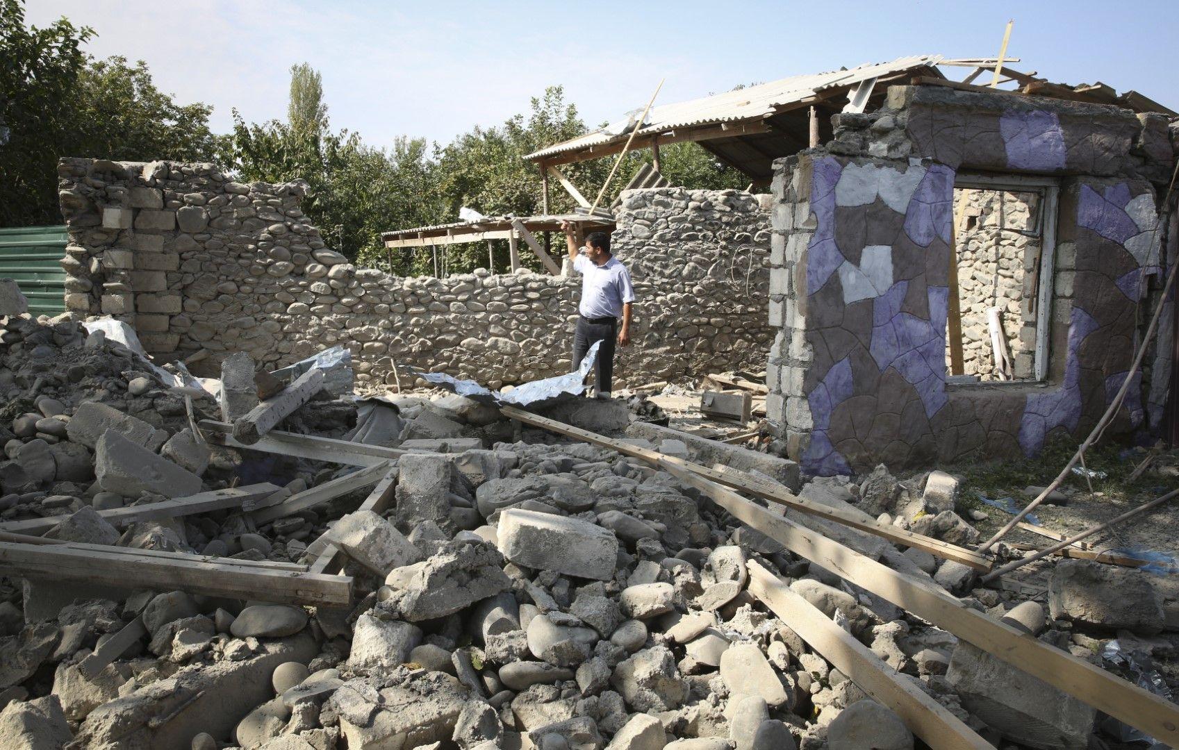 Разрушения след обстрел в района на град Тартар в Азербайджан