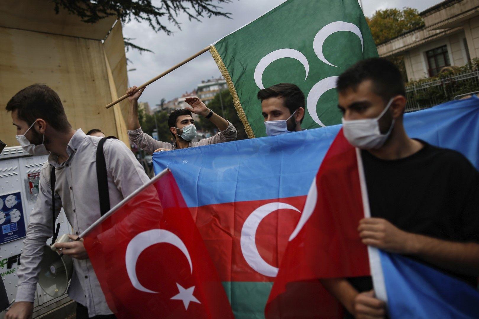 Младежкото крило (Турска младежка фондация) на управляващата в Турция Партията на справедливостта и развитието протестива в Истанбул подкрепа на Азербайджан, 29 септември