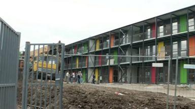 Блок от контейнери с комендант сменя Виетнамските общежития в София