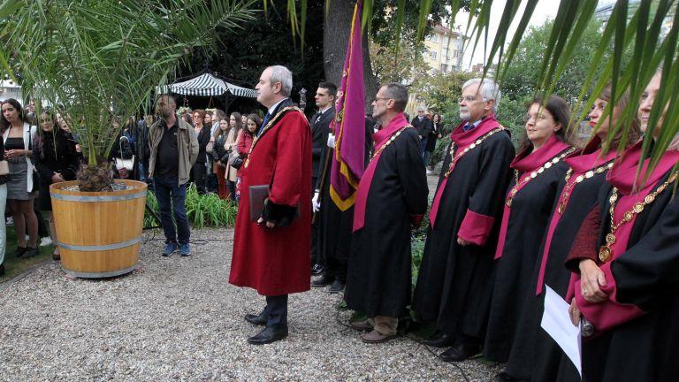 Нетрадиционно беше открита днес новата учебна година в Софийския университет