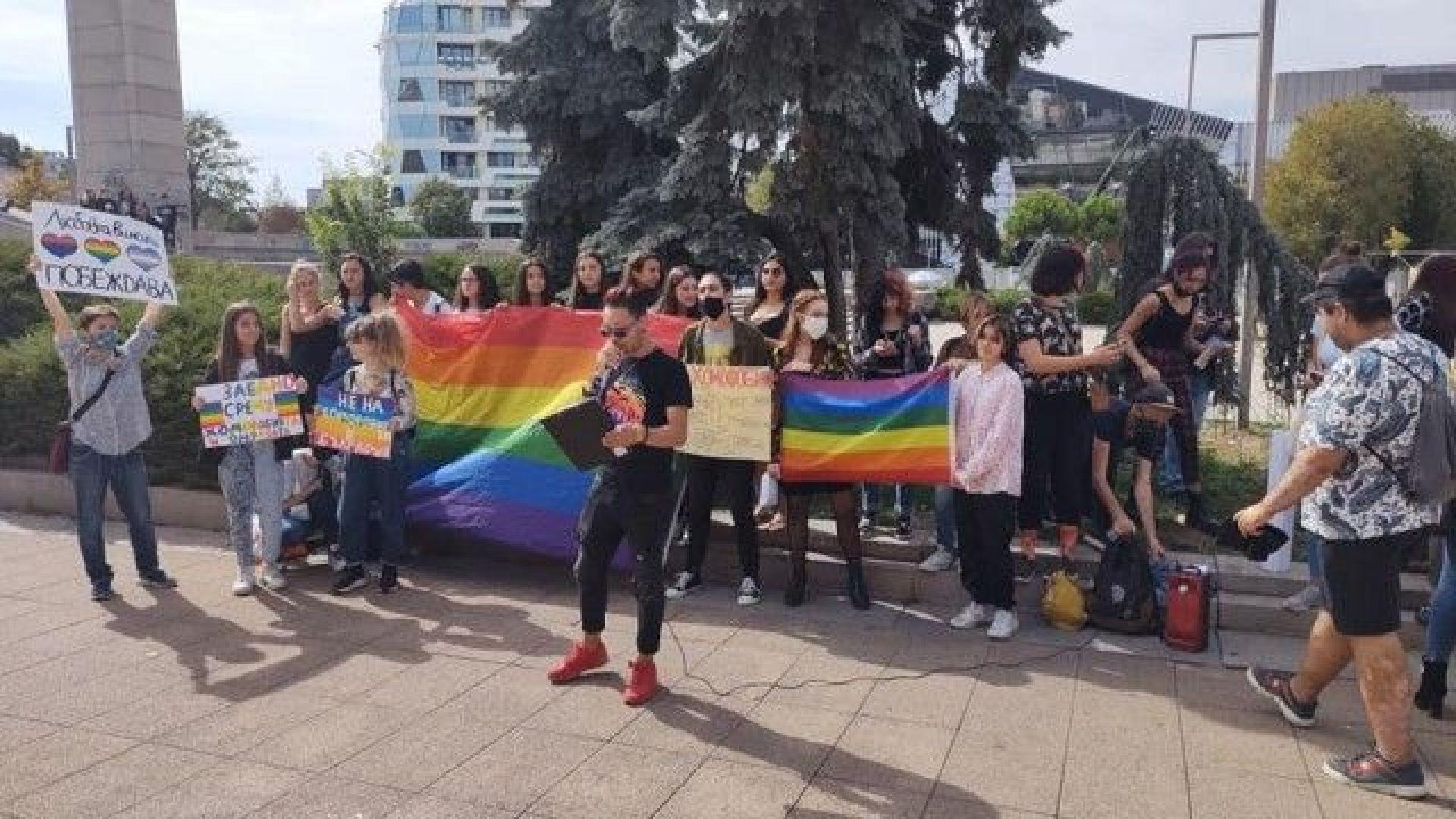 Тийнейджъри в Бургас се събраха на протест срещу хомофобията