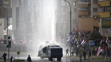 Арести и водно оръдие срещу протестиращите в Минск (снимки)