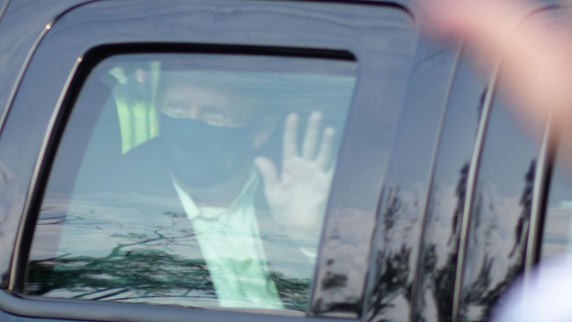 Тръмп напусна за кратко болницата, за да се види със симпатизанти (видео)