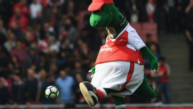 Арсенал намалява разходите с уволнение на... динозавър