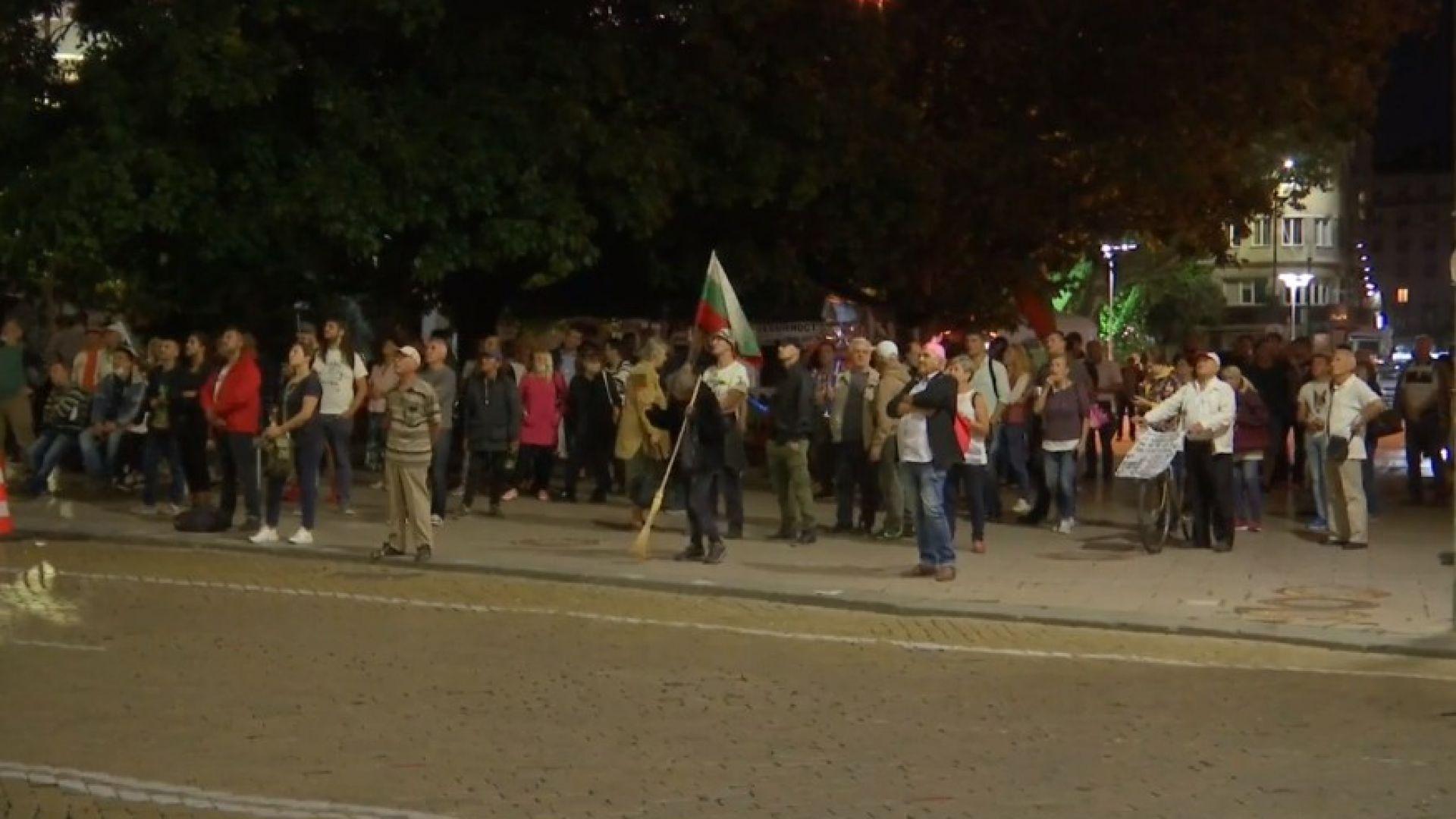 """89-и ден на протести: На пл. """"Независимост"""" метат правителството"""