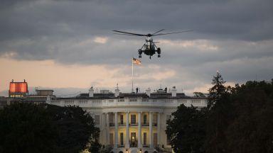 Доналд Тръмп кацна в Белия дом и свали демонстративно маската (видео)