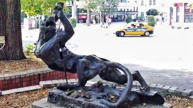 Откраднаха двуметровата статуя на Богинята на лова в центъра на Варна (снимки)