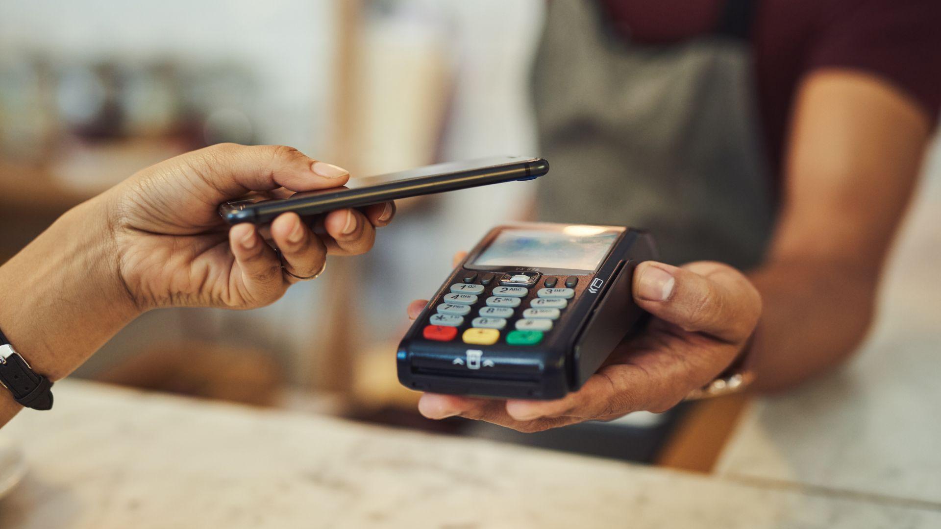 Плащането със смартфон предлага допълнителни нива на сигурност