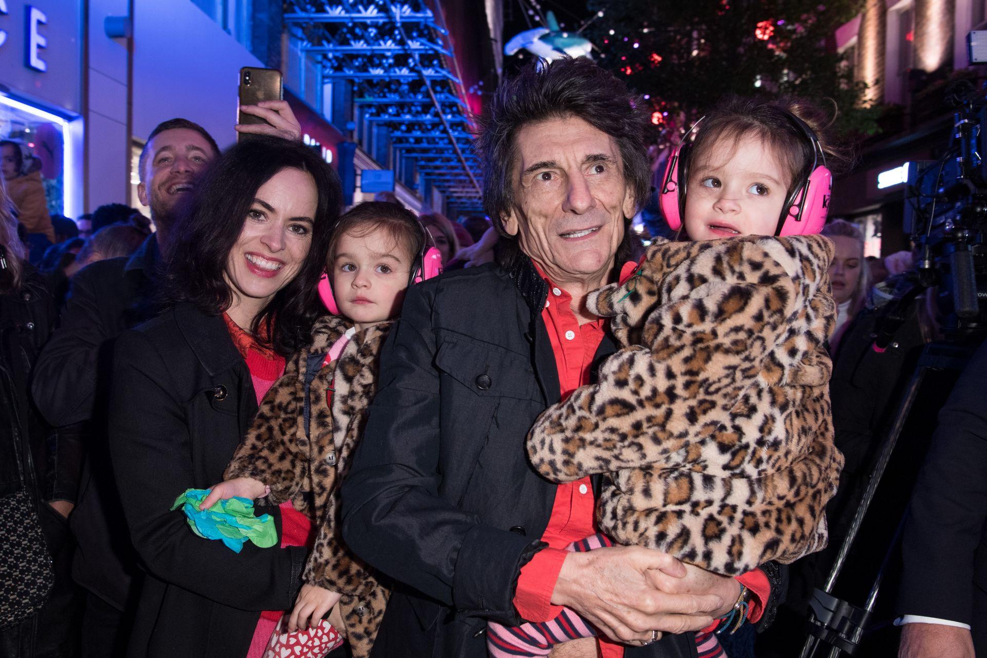 Рони Ууд, Сали Хъмфрис и двете им дъщери - Алис и Грейс