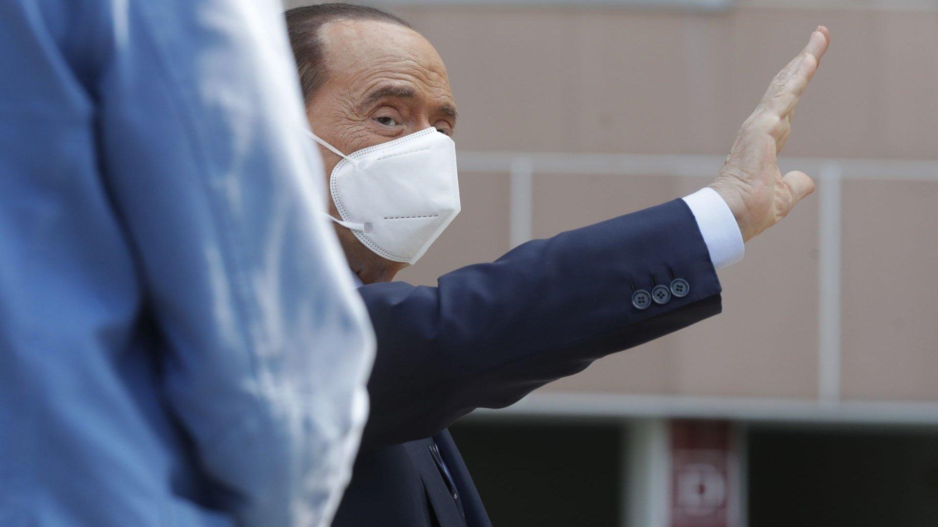 Силвио Берлускони се върна у дома след 24 дни в болница